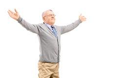 Gelukkige midden oude mens het uitspreiden wapens Stock Fotografie