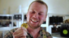 Gelukkige mijnwerker met bitcoin stock video