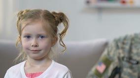 Gelukkige militair die kleine dochter, defensie van toekomstige generatie, beroep kijken stock video
