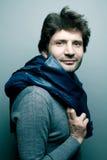 Gelukkige modieuze knappe mens in grijze sweater royalty-vrije stock fotografie
