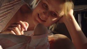 Gelukkige moeder die baby met liefde bekijken stock video