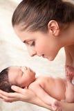 Gelukkige moeder die haar baby houden Royalty-vrije Stock Afbeeldingen