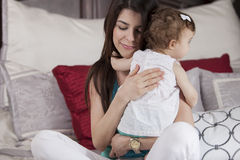 Gelukkige moeder die haar baby koesteren Royalty-vrije Stock Foto