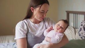 Gelukkige moeder die haar pasgeboren baby bekijken stock videobeelden