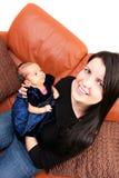 Gelukkige Moeder die haar Pasgeboren houdt Royalty-vrije Stock Afbeeldingen