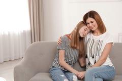 Gelukkige moeder die haar tienerdochter koestert royalty-vrije stock foto's