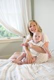 Gelukkige moeder die leuke baby houdt royalty-vrije stock afbeeldingen