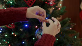 Gelukkige moeder die nieuwe jaarboom met Kerstmisbal decotating in de woonkamer stock videobeelden