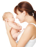 Gelukkige moeder die pasgeboren baby houden Stock Foto's