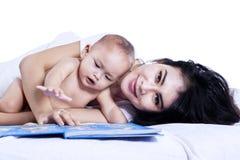 Gelukkige moeder en baby in de slaapkamer Stock Foto's