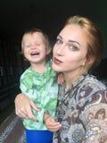 Gelukkige moeder en baby zelf Stock Afbeelding