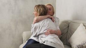 Gelukkige moeder en dochter stock video