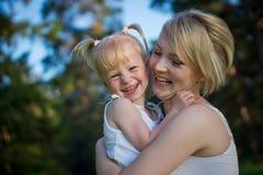 Gelukkige moeder en dochter Royalty-vrije Stock Foto's