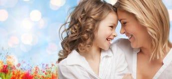 Gelukkige moeder en dochter Stock Foto's