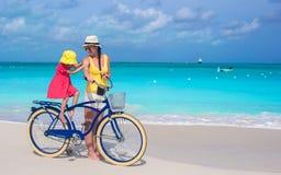 Gelukkige moeder en dochter berijdende fietsen  royalty-vrije stock afbeeldingen