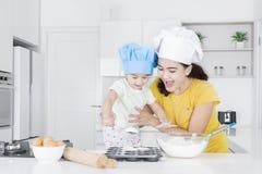 Gelukkige moeder en dochter die bakkerij maken royalty-vrije stock fotografie