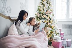 Gelukkige moeder en dochter die grappige Kerstmis thuis nemen selfies royalty-vrije stock afbeelding