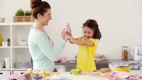 Gelukkige moeder en dochter die koekjes thuis maken stock footage