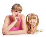 Gelukkige moeder en dochter die op de vloer liggen Stock Afbeeldingen