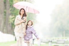Gelukkige moeder en dochter die in park lopen. Royalty-vrije Stock Foto's