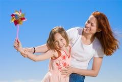 Gelukkige moeder en dochter die pret hebben Royalty-vrije Stock Afbeeldingen