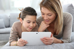 Gelukkige moeder en dochter die tablet gebruiken royalty-vrije stock fotografie