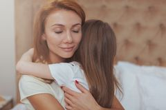 Gelukkige moeder en dochter die thuis samen rusten royalty-vrije stock foto's