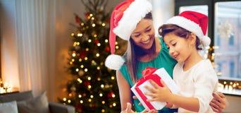 Gelukkige Moeder en Dochter met de Gift van Kerstmis stock foto's