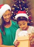 Gelukkige Moeder en Dochter met de Gift van Kerstmis royalty-vrije stock afbeeldingen