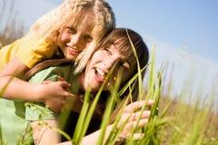 Gelukkige moeder en dochter op tuin stock fotografie