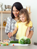 Gelukkige moeder en dochter scherpe groenten Stock Foto's
