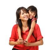 Gelukkige moeder en dochterzitting Stock Afbeelding