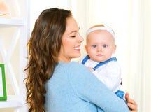 Gelukkige moeder en en weinig dochter Royalty-vrije Stock Foto's