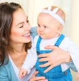 Gelukkige moeder en en weinig dochter Royalty-vrije Stock Foto