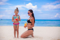 Gelukkige moeder en haar aanbiddelijke kleine dochter met Stock Foto