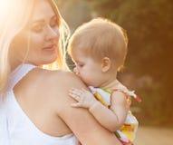 Gelukkige moeder en haar baby Stock Foto's