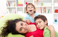 Gelukkige moeder en haar kinderen - moederschap Royalty-vrije Stock Foto