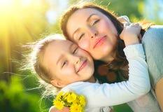 Gelukkige moeder en haar weinig dochter openlucht Mamma en dochter die van aard samen in groen park genieten stock afbeelding