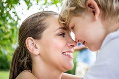 Gelukkige moeder en haar zoon royalty-vrije stock foto