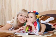 Gelukkige moeder en weinig dochter stock foto's
