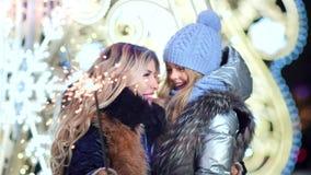 Gelukkige moeder en weinig mooie dochter die goede tijd hebben die samen Kerstmis van vakantie met vuurwerksterretjes genieten stock videobeelden