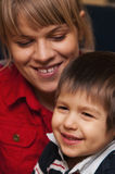 Gelukkige moeder en zoon Stock Foto