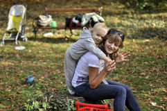 Gelukkige moeder en zoon in het park royalty-vrije stock fotografie