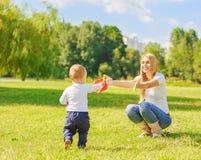 Gelukkige moeder en zoon op een gang Stock Afbeelding