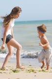 Gelukkige moeder en zoon op strand Royalty-vrije Stock Foto's