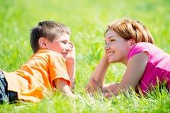 Gelukkige moeder en zoon in park Royalty-vrije Stock Foto's