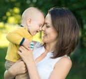Gelukkige moeder en zoon samen Royalty-vrije Stock Afbeeldingen