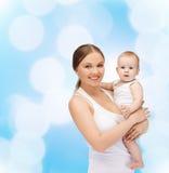 Gelukkige moeder met aanbiddelijke baby Stock Foto's