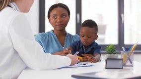 Gelukkige moeder met baby zoon en arts bij kliniek stock video