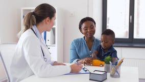 Gelukkige moeder met baby zoon en arts bij kliniek stock videobeelden